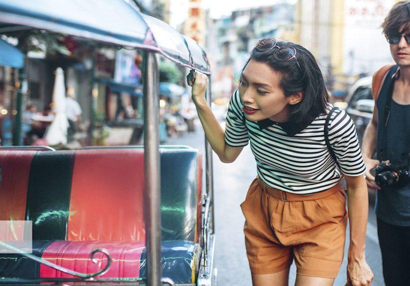 Una joven pareja visitando Bangkok.