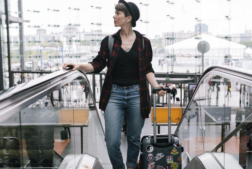 Una viajante en una estácion de trén
